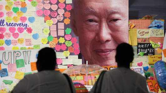 Hospital staff mourn the passing of former Prime Minister Lee Kuan Yew outside the Singapore General Hospital on March 23, 2015 in Singapore.